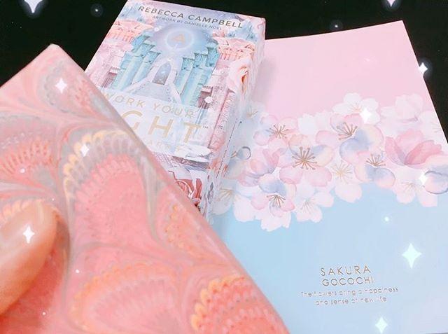 2/19、夜19時まで#東上線 #上福岡  の #占い 館に出演しております。#西友上福岡店  の2階、セリアさんの横です('-'*) 写真は休憩時に #seria で買った桜のノート!と、愛用のデッキと愛用やカードケース…… あ、こういう色、好きなんですね。自覚しました笑