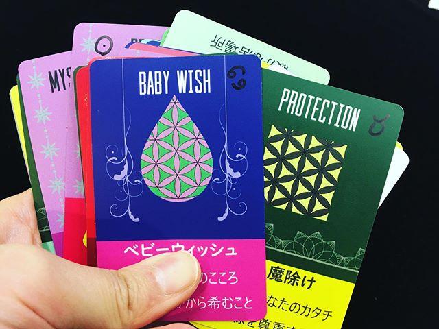 昨年完売した自作カードの #フロエナ 、次なる進化に向けて、1デッキ直書きして実占中です。(おわかりいただけるでしょうか…) 諸説ある、いろんな捉え方があるのも承知の上で、どうにか孵化できるように試行錯誤。カードの名前やテキストも一部変わる予定。そして何より…ある部分がすごいことになるので!皆さんに楽しみにしていてもらいたい所存です!ちゃんと出来上がるといいな…。落としませんように…#フロエナカード
